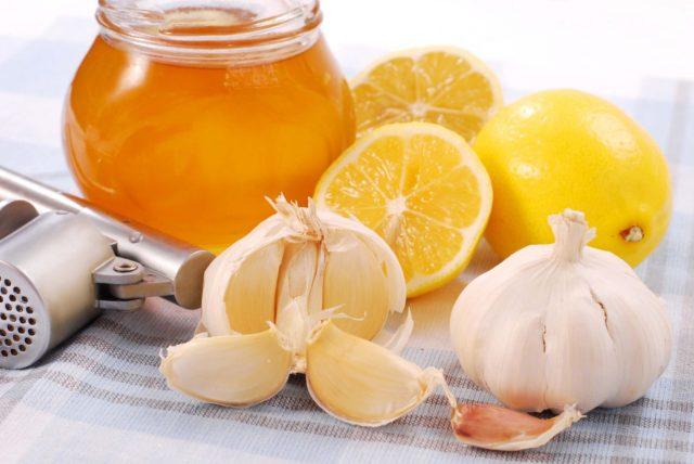 Для его приготовления соединить стакан меда и сок одного лимона
