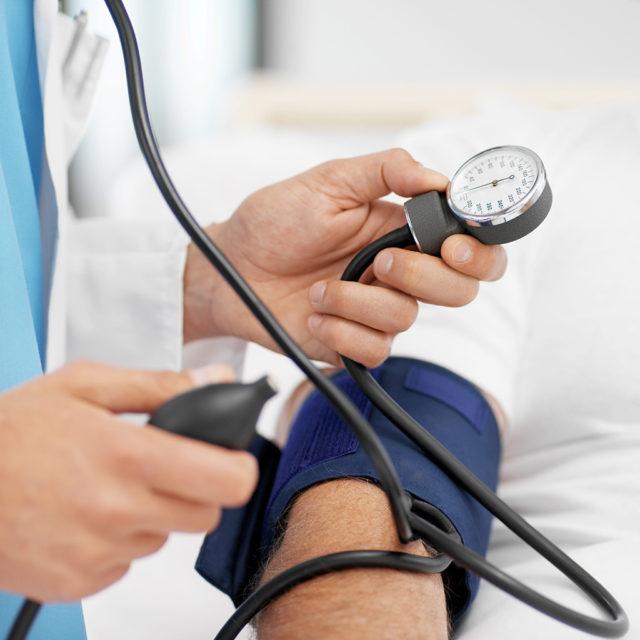 Серьезная ее опасность – вероятность инсульта, инфаркта и других серьезных сердечно-сосудистых заболеваний