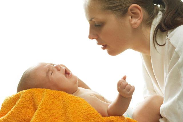 Это ведет к дисфункции центральной нервной системы, в результате чего ребенок плохо развивается, у него происходят судороги, он хуже слышит и видит