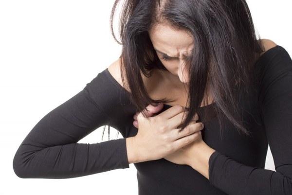 Больному кажется, что сердце чем-то сдавлено. Боль может иррадиировать в спину, руку, плечо