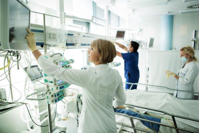 Наиболее информативным методом является МРТ, которая точно укажет участок поражения и состояние сосудов, питающих эту область