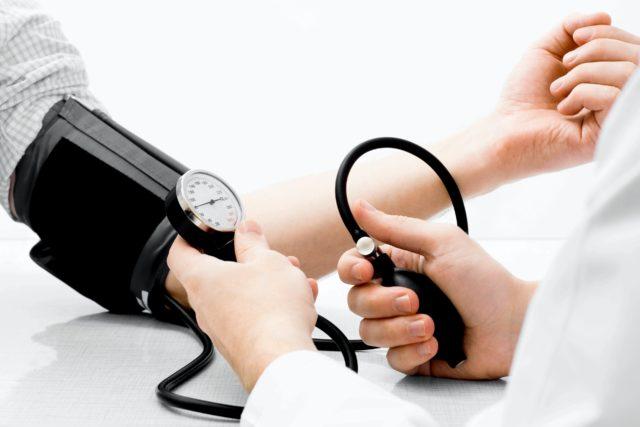Измерить артериальное давление можно самостоятельно с помощью специальных аппаратов – так называемых «тонометров»