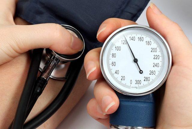 Если давление превышает норму на 10 единиц, головная боль становится интенсивной, постоянной, чаще всего она локализована в области затылка и висков