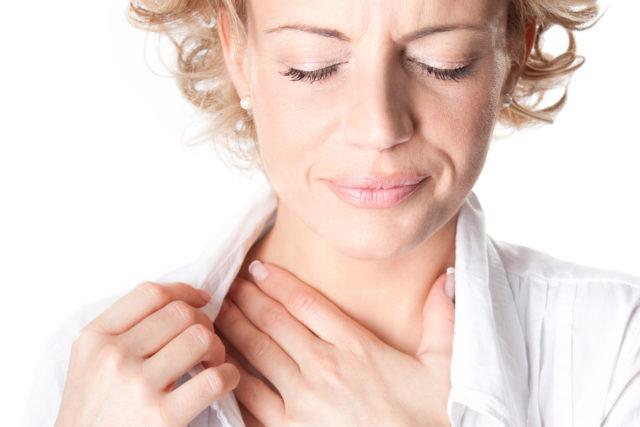 Стенокардия напряжения — характеризуется давящей болью за грудиной (способной отдавать в левую сторону шеи, левую лопатку или руку)