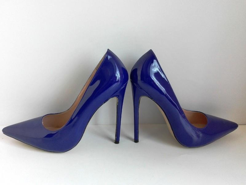 Обувь на высоком каблуке может инициировать варикоз
