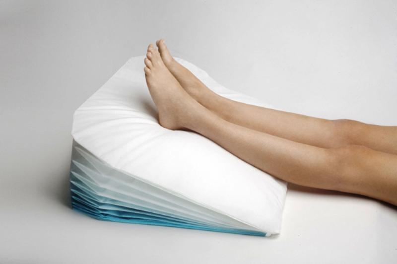 Полежите положив ноги на подушку