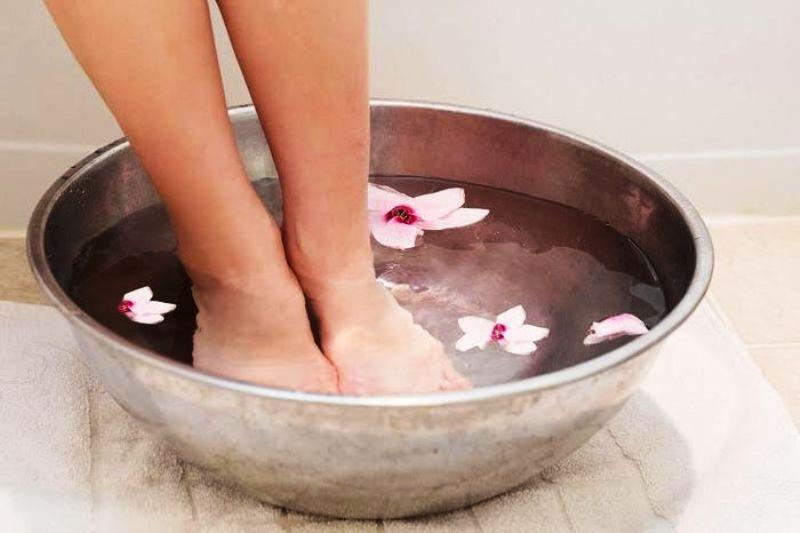 Ноги в тазике с эфирными маслами