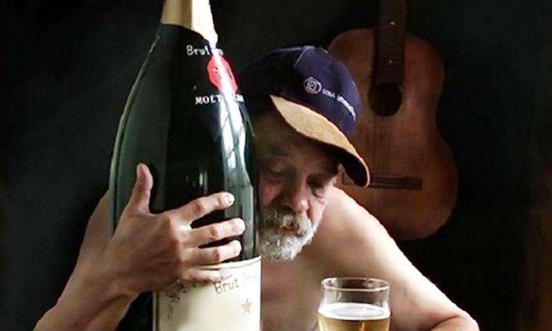 Человек злоупотребляющий спиртным