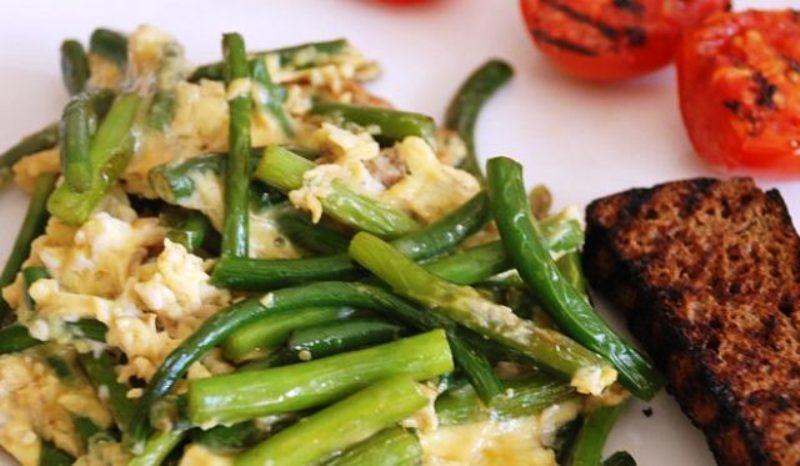 Чесночное блюдо с овощами