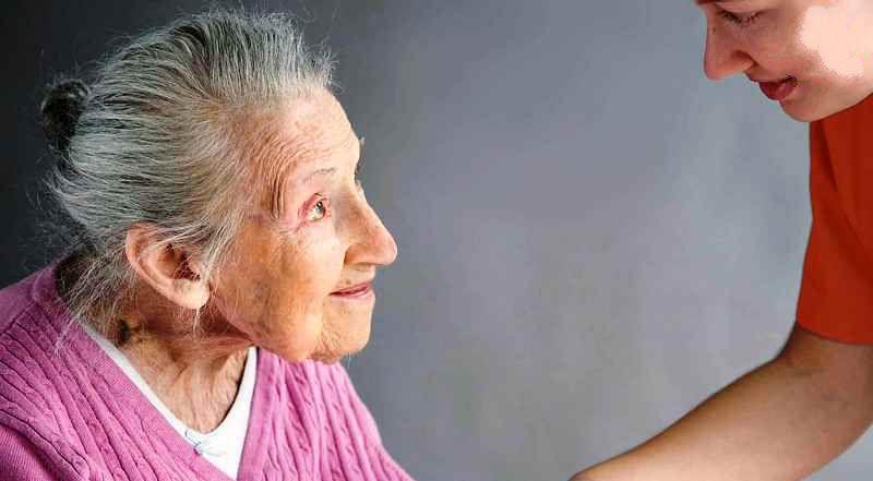 Женщина с выраженной деменцией