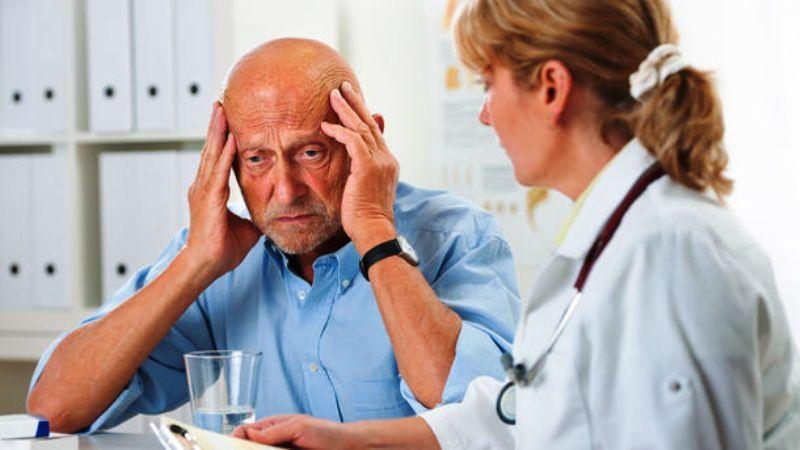 Мужчина страдающий от болезни Альцгеймера