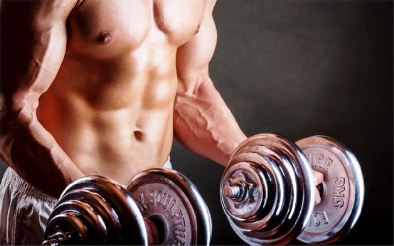 Тренирующийся атлет