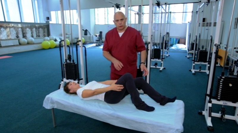 Сергей Бубновский занимается с пациенткой